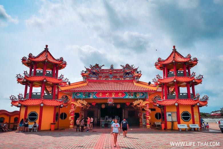 Китайский храм в рисовых полях в Секинчане, Малайзия