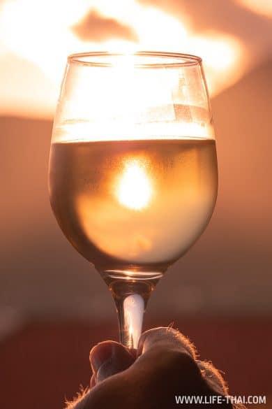 Бокал черногорского вина на закате