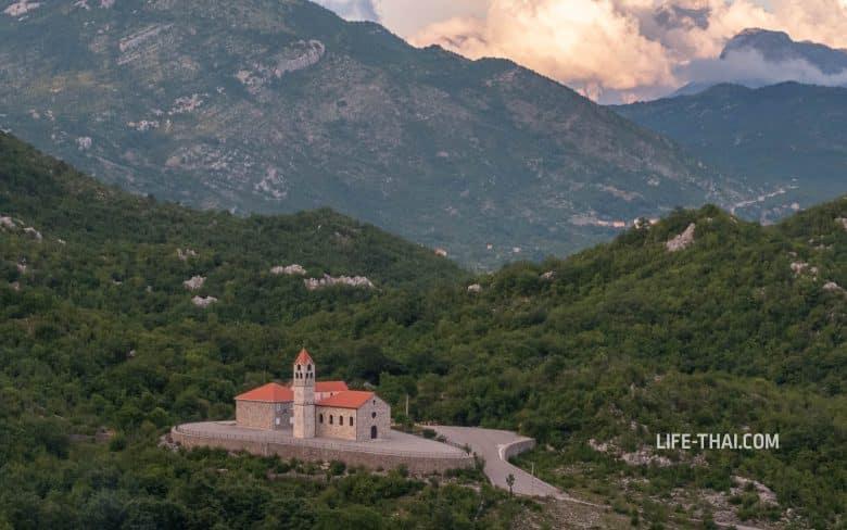 Церковь kisa e shenkollit - одна из достопримечательностей маршрута