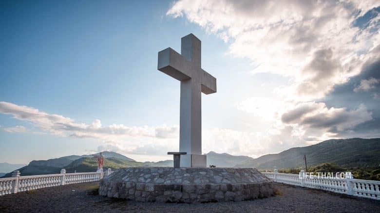 Крест и статуя Христа в поселке Делай, Черногория