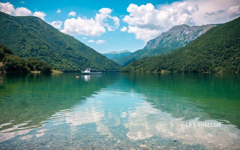 Вид на Пивское водохранилище в Плужине, Черногория