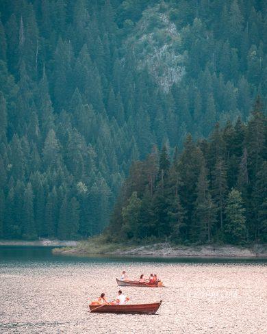 Катание на лодке на Черном озере, нац. парк Дурмитор в Жабляке